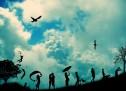 MOS MË DËRGONI LULE KUR TË VDES, NË QOFTË SE MË DONI, MË DËRGONI SA JAM GJALLË… MOS KËRKO ATË QË HUMBE, POR SHIKO KËTË QË KE… VDEKJA NUK ËSHTË HUMBJA MË E MADHE E JETËS. HUMBJA MË E MADHE ËSHTË AJO QË VDESË BRENDA TEJE NDËRSA JE GJALLË… NË QOFTË SE NUK TË PËLQEN DIÇKA, NDRYSHOJE. NË QOFTË SE NUK E NDRYSHON DOT, ATËHERË, NDRYSHO MËNYRËN E TË MENDUARIT PËR TË… NDONJËHERË NJERIU QË DO MË SHUMË, ËSHTË AI PA TË CILIN JE MË MIRË…
