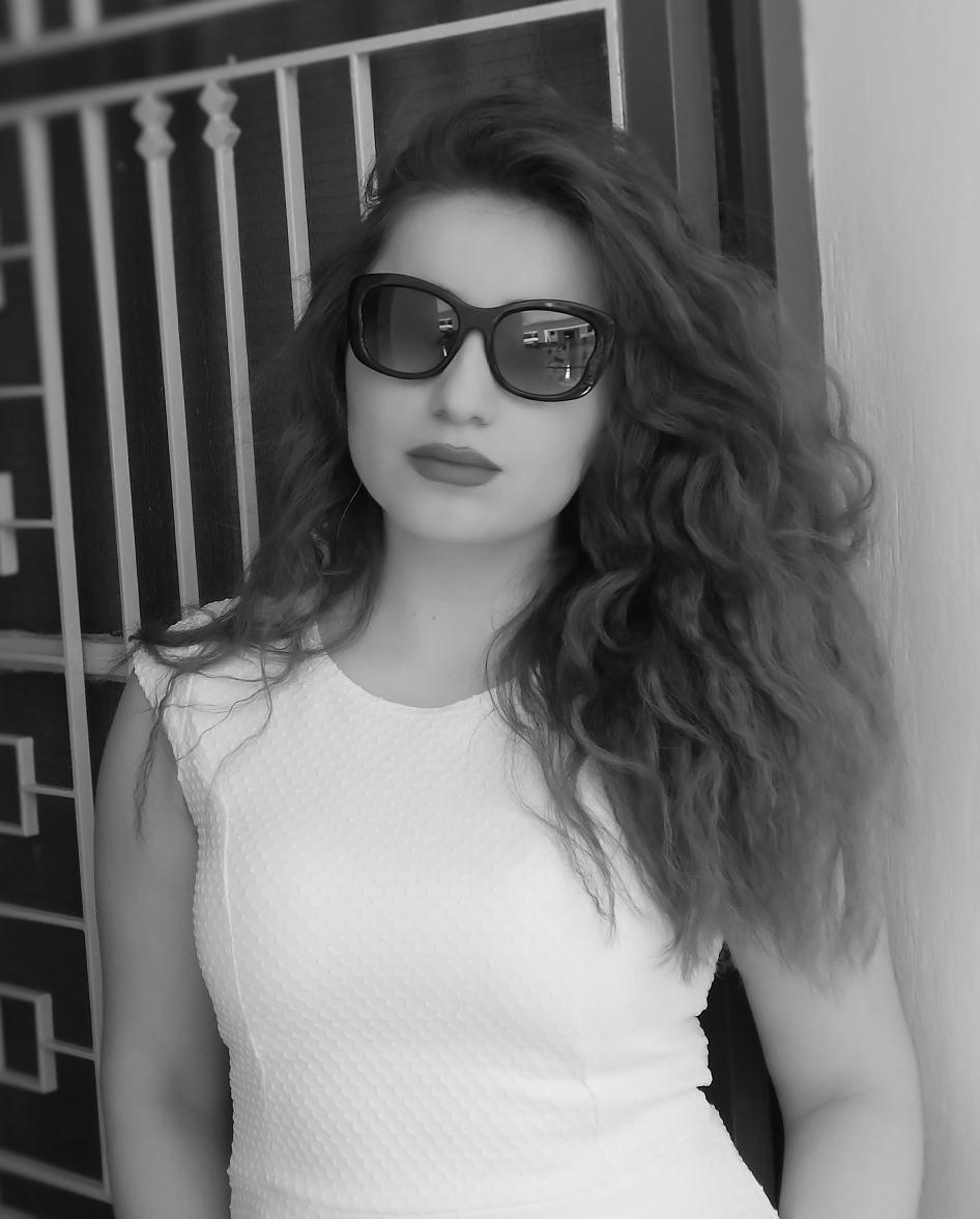 Lorena_Stroka_foto_biografia_poertret_bardhe_zi_20161