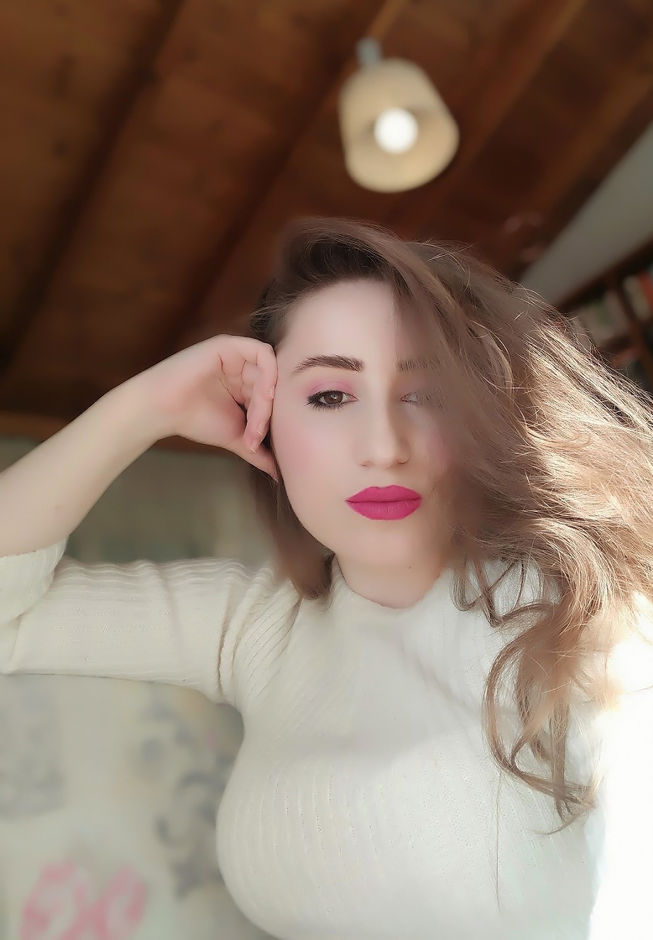 lorena-stroka-biografia-kush-eshte-foto-instagram-gazetare-albstroka-facebook-books