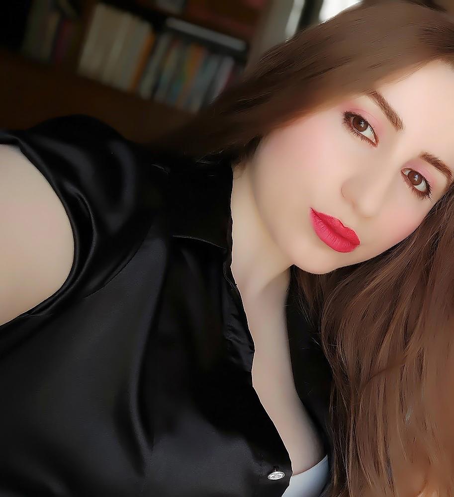 lorena-stroka-foto-biografia-wikipedia-gjatesia-gazetare-blog-books-poezi-facebook-instagram-tiktok-albstroka-kush-eshte-kontakt