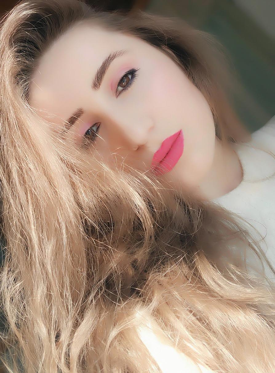 lorena-stroka-foto-biografia-wikipedia-instagram-kontakt-poezi-gazetare-mosha-kush-eshte-albstroka-facebook